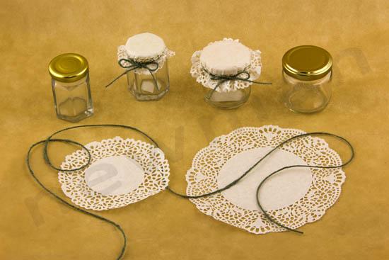 Γυάλινα βαζάκια, χάρτινα σουβέρ και κορδόνι λινάρι