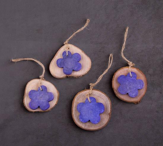 Φέτες κορμού με λουλούδι σε μωβ χρώμα