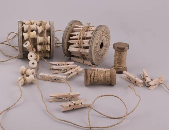 Κουβαρίστρες και μανταλάκια ξύλινα σε σχοινί