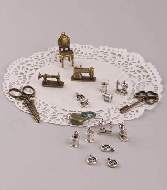 Καρέκλα, ραπτομηχανή, κουμπιά, κουβαρίστρα, κλειδί, ψαλίδι, παραμάνα