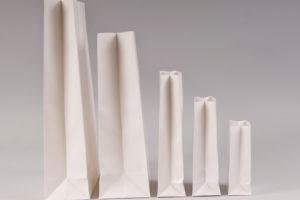 Τσάντες φάκελα σε λευκό χρώμα