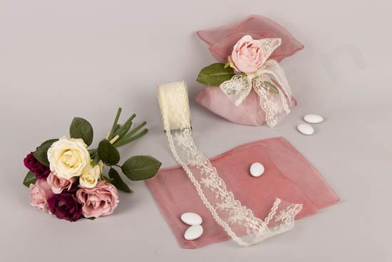 DIY μπομπονιέρα σε πουγκί οργάντζας με δαντέλα και τριαντάφυλλο
