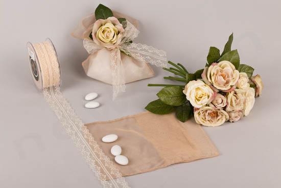 Μπομπονιέρα σε πουγκί οργάντζα με τριαντάφυλλο