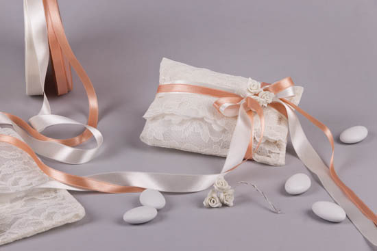 Ρομαντική μπομπονιέρα σε πουγκί δαντέλα, σατέν κορδέλες και πορσελάνινα τριανταφυλλάκια