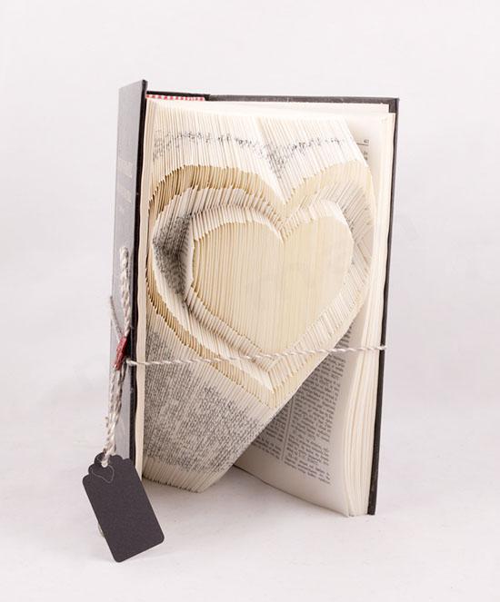 Χειροποίητο διακοσμητικό βιβλίο με σχέδιο Καρδιά στις σελίδες του