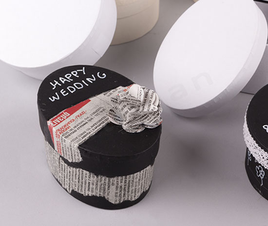 Μπομπονιέρα σε χάρτινο κουτί με μαύρη μπογιά
