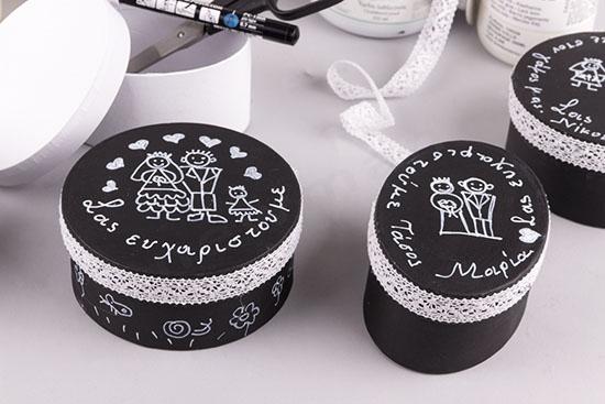 Φτιάχνω μαύρα κουτάκια με λευκή δαντέλα για μπομπονιέρες