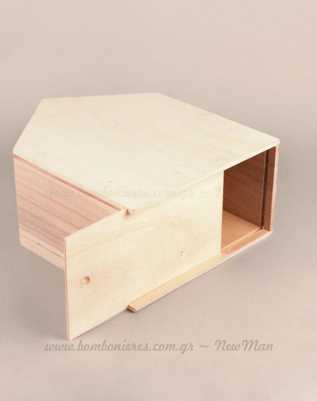 Το άνοιγμα είναι συρταρωτό στην κάτω πλευρά του κουτιού