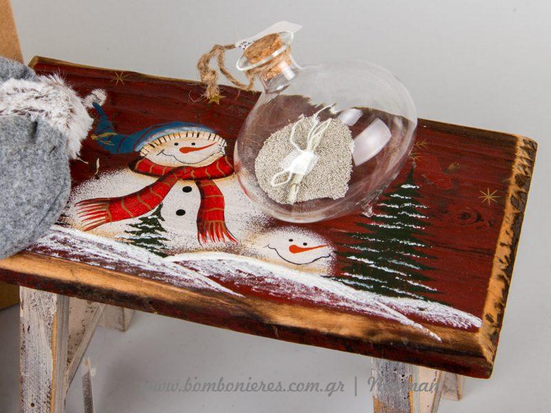 σκαμνάκι με χριστουγεννιάτικα σχέδια και χριστουγεννιάτικη μπάλα