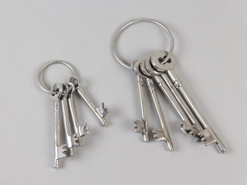Κλειδιά σε ασημί χρώμα και ίσια γραμμή