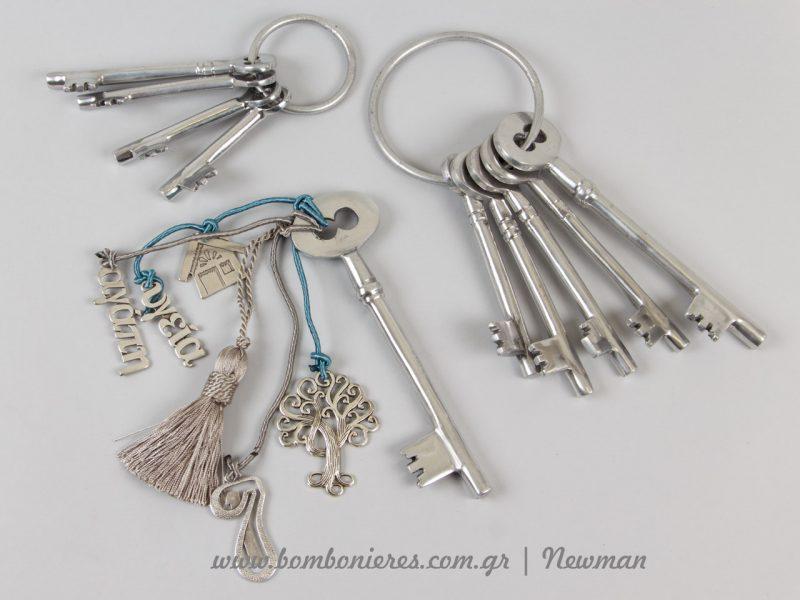 Μεταλλικά κλειδιά σε ασημί χρώμα