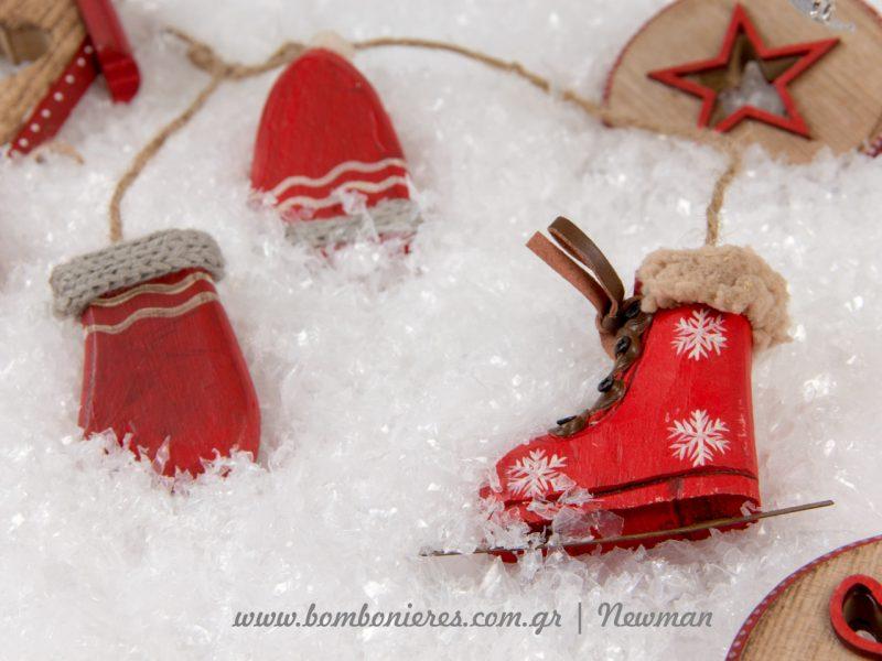Κρεμαστό διακοσμητικό με ξύλινα στοιχεία που είναι σκούφος, γάντια και παγοπέδιλο παρινάζ.