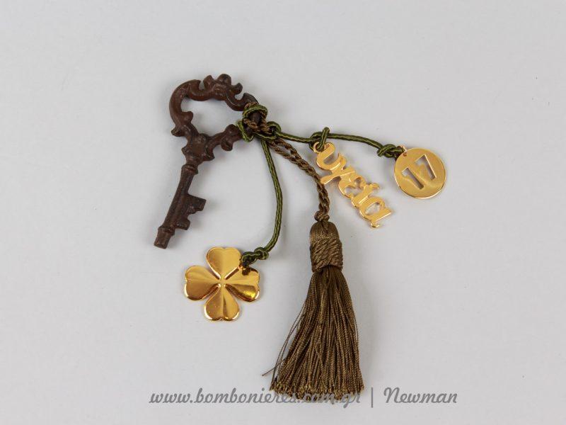 Πρόταση για γούρι - κλειδί με χρυσά μεταλλικά στοιχεία