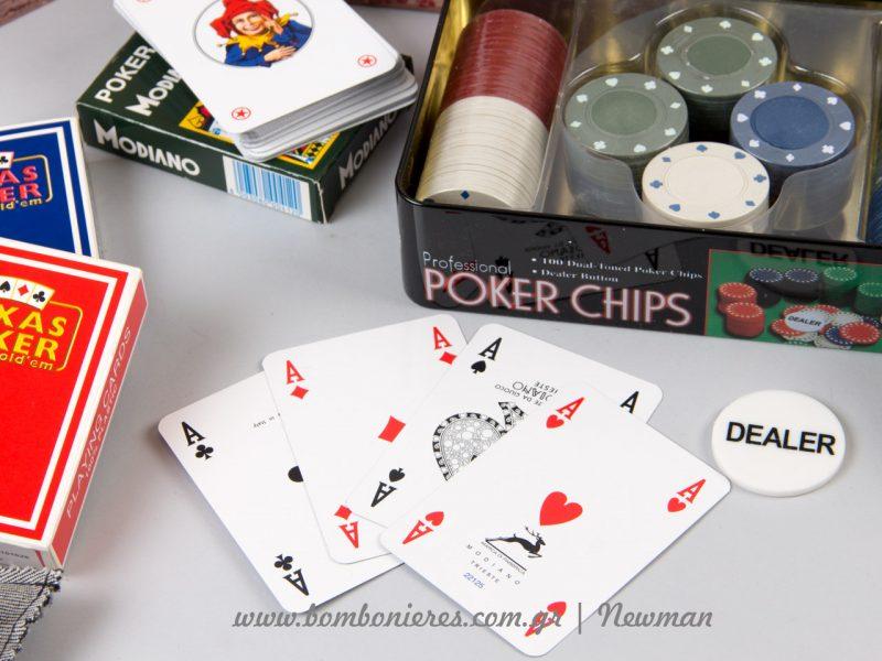 Τραπουλόχαρτα και σετ ποκερ με μάρκες και dealer