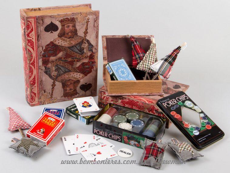 Σετ με βιβλία κουτιά, τράπουλες και μάρκες για πόκερ