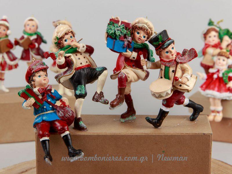 Vintage χριστουγεννιάτικες φιγούρες παιδιών με δώρα και μουσικά όργανα
