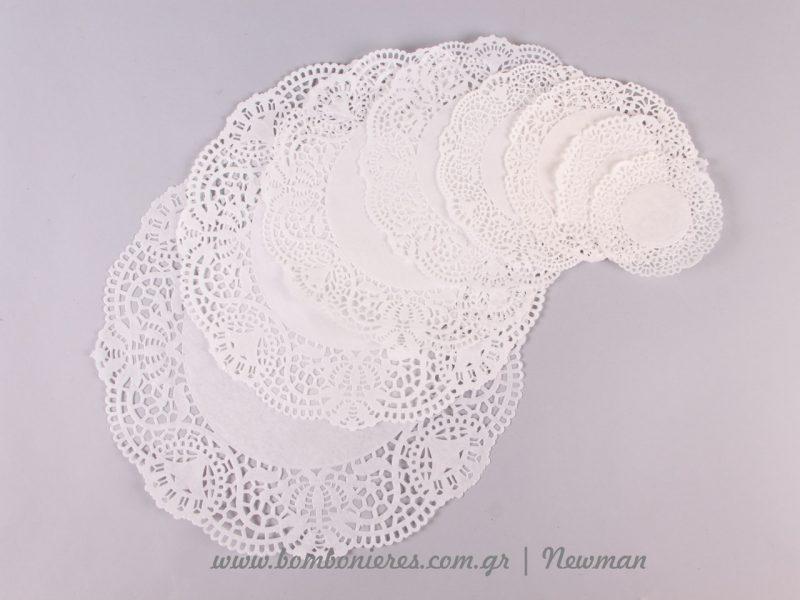 Λευκά δαντελωτά χαρτιά σε κυλινδρικό σχήμα