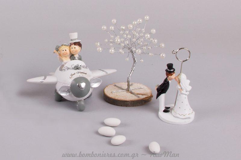 Η νύφη-γαμπρός καρτοθήκη κάτω από το ασημένιο δέντρο της ζωής και κουμπαρά αεροπλανάκι