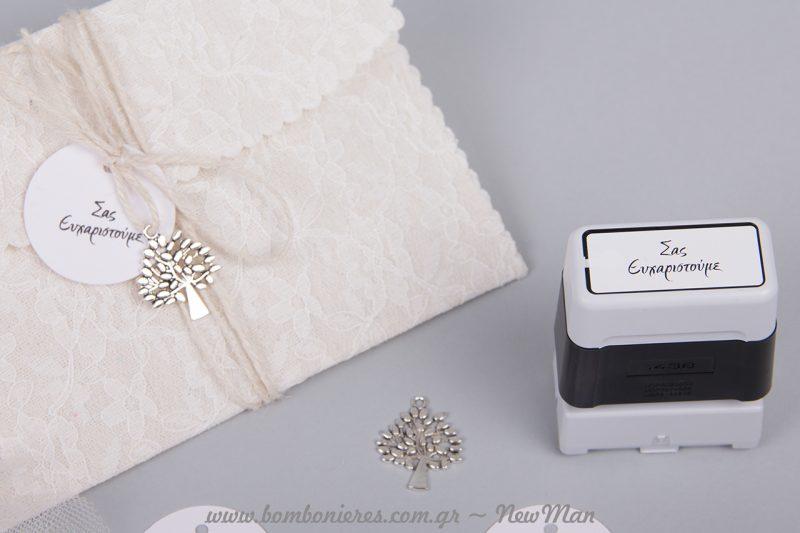 Φάκελος δαντέλα σε φυσικό χρώμα, συνδυασμένος με το μεταλλικό δεντράκι της ζωής και ετικέτα με ευχαριστήριο μήνυμα περασμένα σε λευκό κορδόνι γιούτα.