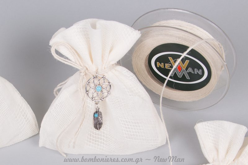 Λευκό λινό πουγκάκι με γεωμετρικούς σχεδιασμούς και μεταλλική ονειροπαγίδα ή φτερό.