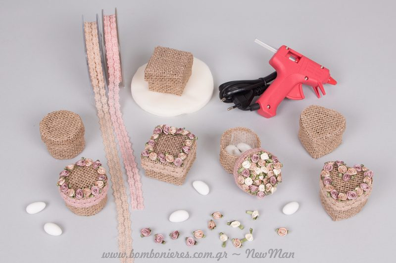 Αυτά είναι τα υλικά που θα χρειαστούμε για την γλυκιά αυτή μίνι μπομπονιέρα: κουτί από λινάτσα σε διάφορα σχήματα, κορδέλα δαντέλα, τριανταφυλλάκια, και πιστόλι σιλικόνης.