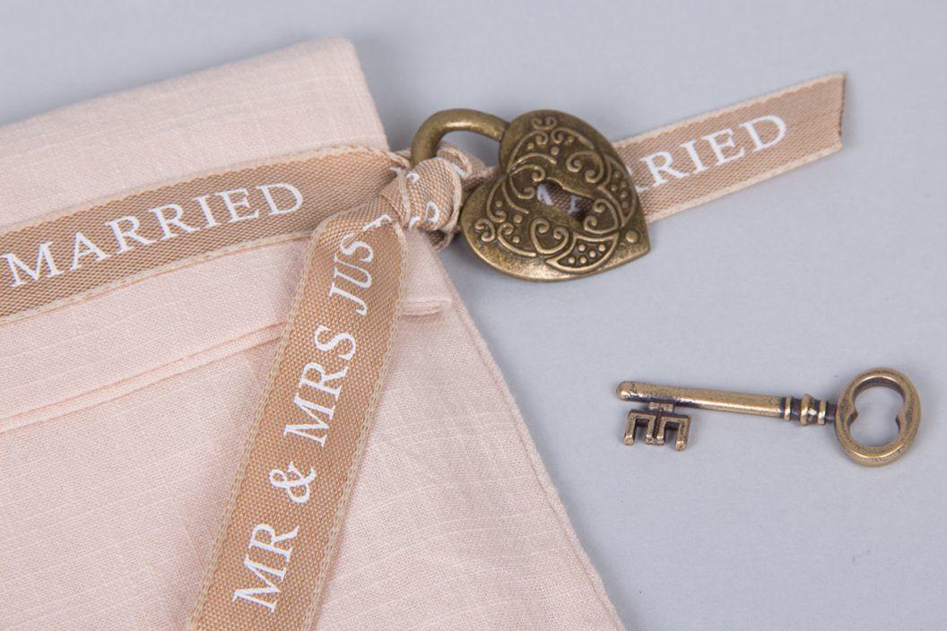 Μεταλλική κλειδαριά σε σχήμα καρδιάς και vintage κλειδί μπρονζέ