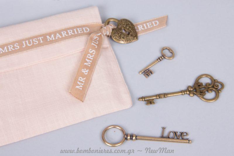 «Κλειδώστε» την αγάπη σας με την vintage μπομπονιέρα-λουκέτο και τα μπρονζέ κλειδιά σε διάφορα σχέδια και μεγέθη.