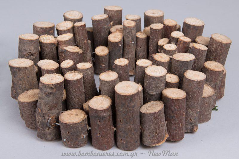 Στεφάνι από κλαδιά ξύλου σε ροδέλες.