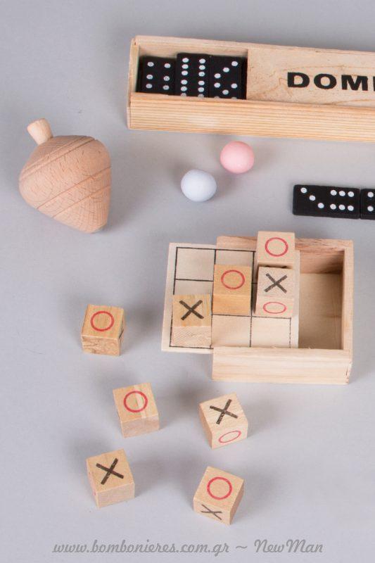 Διασκεδάστε, παίζοντας τρίλιζα, ντόμινο και σβούρα και συστήστε στα παιδιά σας τ' αγαπημένα σας παιδικά παιχνίδια.