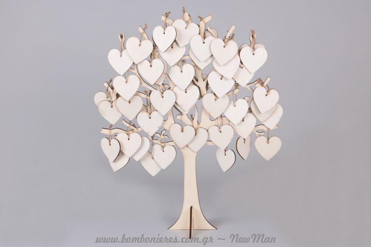 Ξύλινο δέντρο ευχών σε λευκό με κρεμαστές καρδούλες