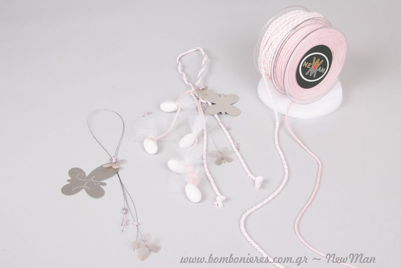 Οι πεταλούδες σε ροζ και λευκό για μια ρομαντική κι αιθέρια μπομπονιέρα.