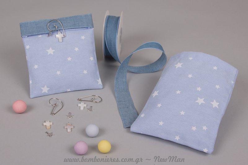 Το γαλάζιο πουγκί με μοτίβο αστέρια συνδυάζεται ιδανικά με τζιν κορδέλα και φιλντισένιο σταυρό με ασημί αστεράκι.