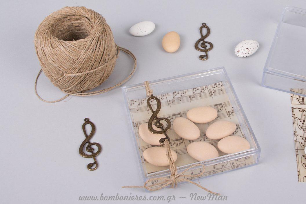 Μπομπονιέρα- ευτυχισμένη μελωδία- σε κουτί από πλεξιγκλάς με χαρτί παρτιτούρα, κουφέτα και μεταλλικό κλειδί του Σολ.