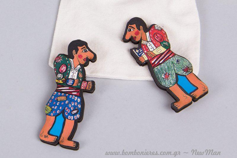 Οι φιγούρες του Καραγκιόζη είναι πιστές στην παράδοση που τον θέλει με μπαλωμένα ρούχα και ξυπόλητο.