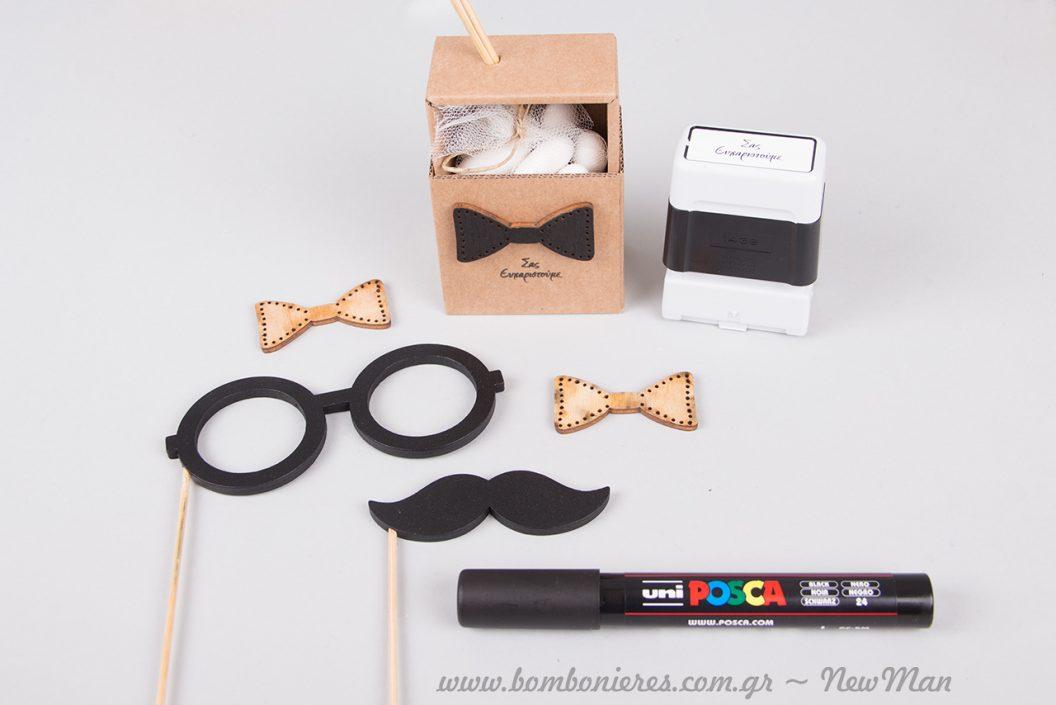 Τα ξύλινα γυαλιά και το ξύλινο μουστάκι ολοκληρώνουν μοναδικά την μπομπονιέρα του μικρού κυρίου σε κουτί.