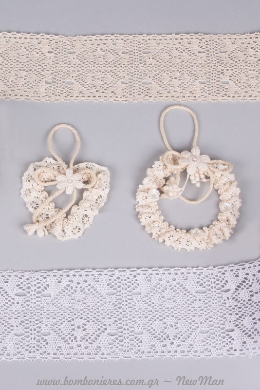 Παραδοσιακή κορδέλα δαντέλα σε ανοιχτούς τόνους (8.5 εκ. x 4.55 μ.) και ρομαντικά διακοσμητικά στεφανάκια κρεμαστά.
