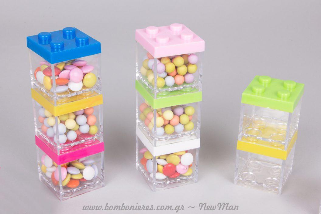 Διπλά ή τριπλά τα πολύχρωμα κυβάκια τύπου Lego, θα ξετρελάνουν τους μικρούς σας καλεσμένους.