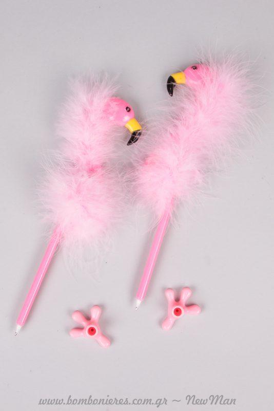 Ροζ φλαμίνγκο στυλό με βάση ποδαράκι και πούπουλα. Ιδανικά για τα αναμνηστικά δωράκια ή το τραπέζι των ευχών.