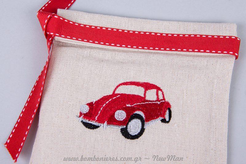 Πουγκί με αυτοκινητάκι σε κόκκινες αποχρώσεις και κορδέλα με γαζί επίσης σε κόκκινο.