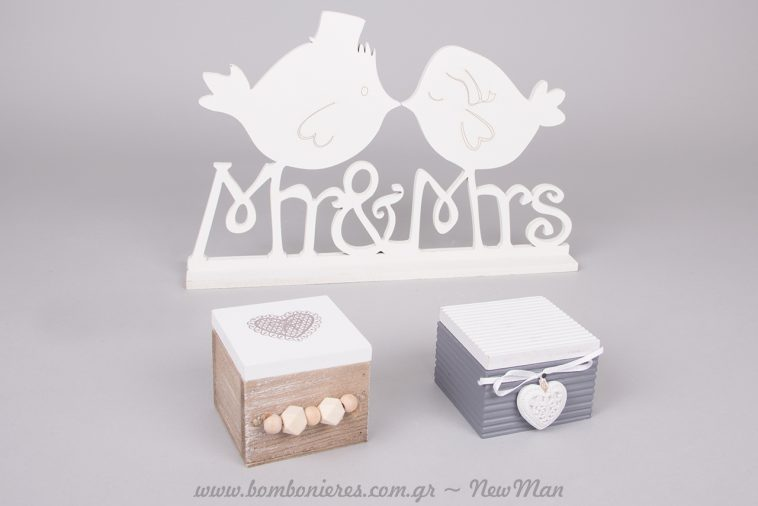 Ξύλινο διακοσμητικό Mr& Mrs με πουλάκια που φιλιούνται και μπομπονιέρες σε δίχρωμα ξύλινα κουτάκια με θέμα καρδούλες.