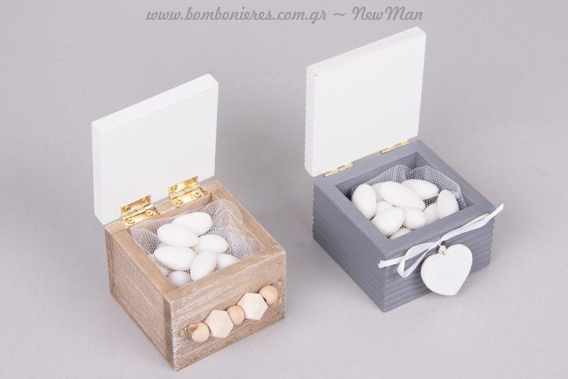 Ξύλινα κουτάκια με θέμα καρδούλες σε δυο παραλλαγές. Λευκό-natural με στολίδι χάντρες και λευκό-γκρι με κρεμαστή καρδούλα και φιογκάκι.