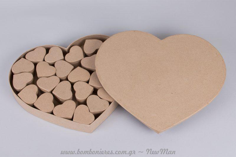 Το κουτί- καρδιά papier mache (37 x 33 x 4εκ.) περιέχει 24 μικρές καρδούλες-μπομπονιέρες.