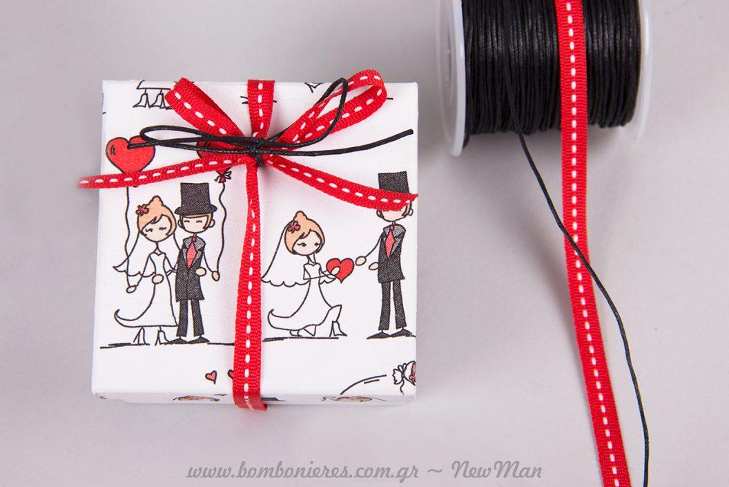 Μπομπονιέρα «Σου χαρίζω την καρδιά μου» με κερωμένο κορδόνι και κόκκινη κορδέλα με λευκό γαζί.