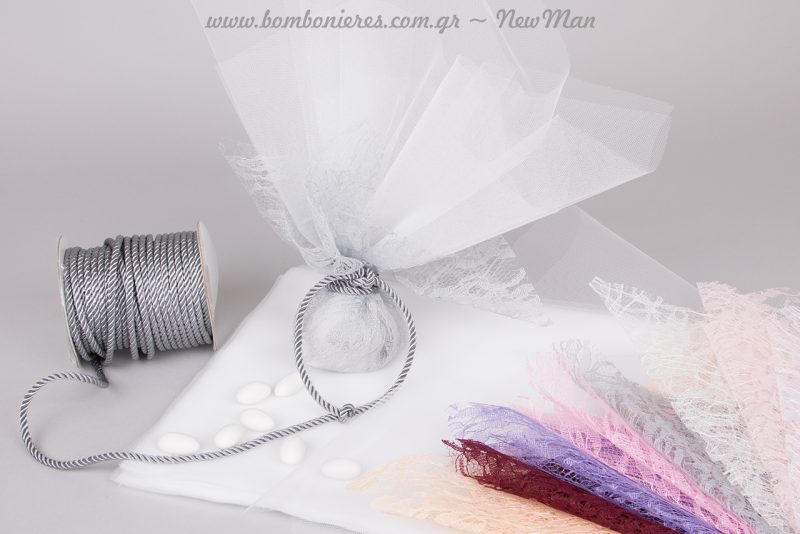 Μπομπονιέρα με γαλλικό τούλι, δαντέλα σε διαφορετικές αποχρώσεις και κορδόνι στριφτό χρωματιστό για μια μοντέρνα εκδοχή της παραδοσιακής μπομπονιέρας.
