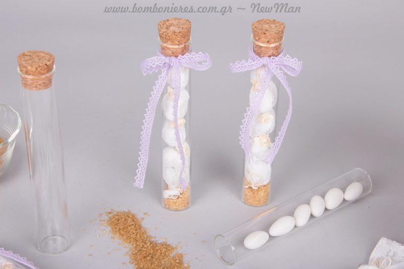 Προσθέστε λίγη καφέ ζάχαρη στην βάση του σωλήνα και χρησιμοποιήστε τεχνητά λουλουδάκια ως στολίδι.