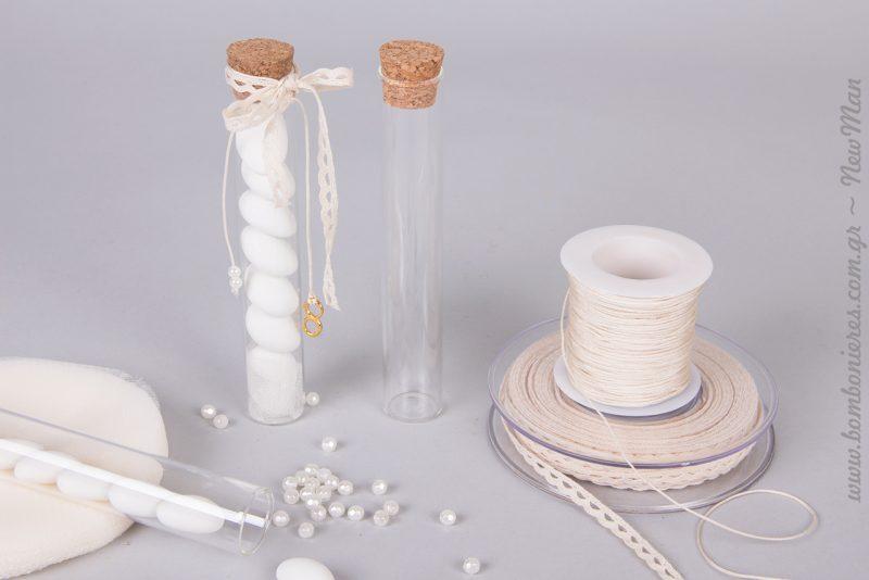 Μπομπονιέρα σωλήνας με πέρλες και διακοσμητικό στοιχείο το σημείο του απείρου σε χρυσαφί απόχρωση.