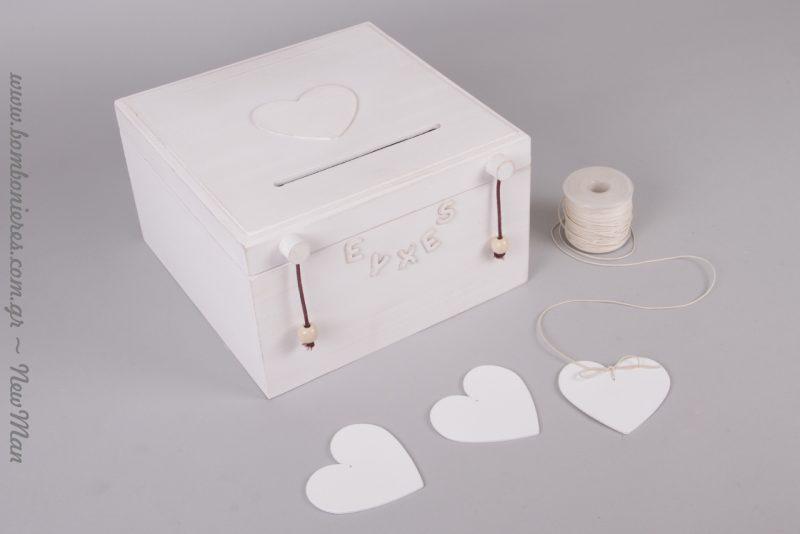 Ξύλινο κουτί ευχών σε off white απόχρωση με σχισμή στο καπάκι και λευκές καρδούλες για να γράψουν οι καλεσμένοι τις ευχές τους.