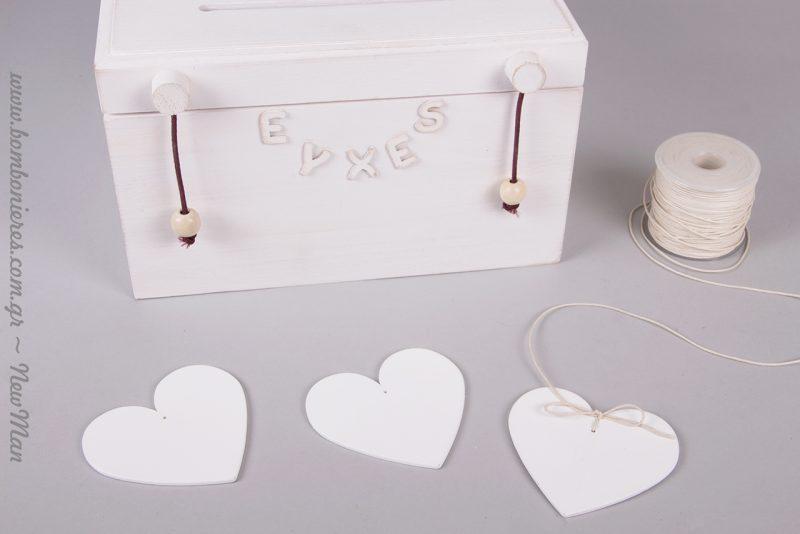 Περάστε κορδόνι κερωμένο στις καρδιές και μεταμορφώστε τις στα πιο γλυκά κρεμαστά διακοσμητικά.
