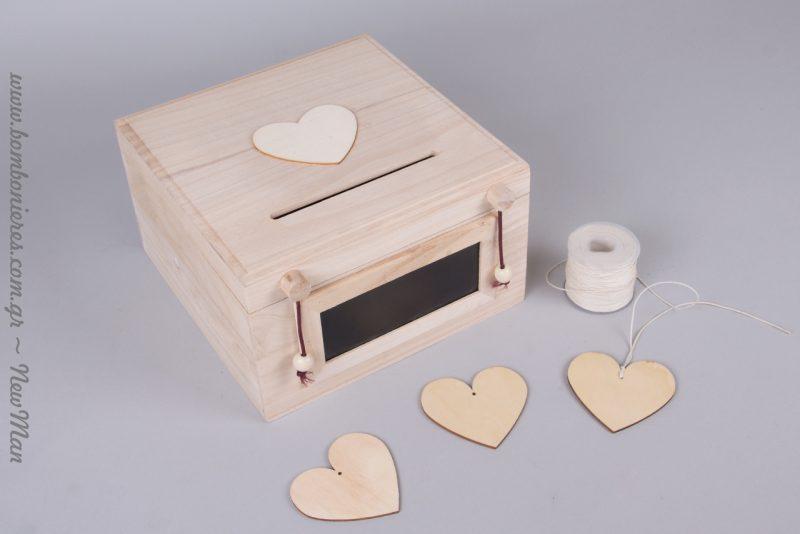 ύλινο κουτί ευχών με μαυροπίνακα, στον οποίο μπορείτε να γράΞύλινο κουτί ευχών με μαυροπίνακα, στον οποίο μπορείτε να γράψετε τα ονόματά σας, την ημερομηνία του γάμου σας ή ακόμη και: Γράψε την ευχή και ρίξε τη στο κουτί.