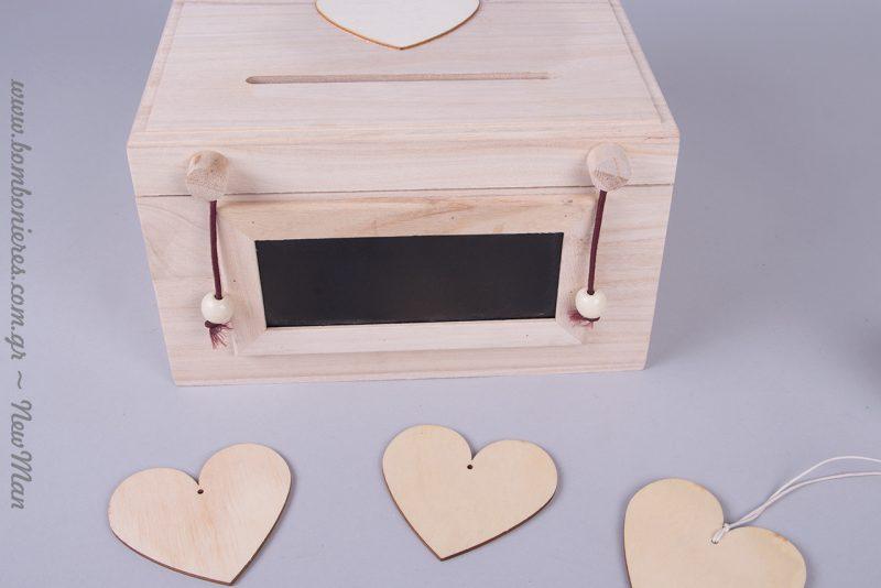 Ξύλινο κουτί ευχών με μαυροπίνακα, στον οποίο μπορείτε να γράψετε τα ονόματά σας, την ημερομηνία του γάμου σας ή ακόμη και: Γράψε την ευχή και ρίξε τη στο κουτί.